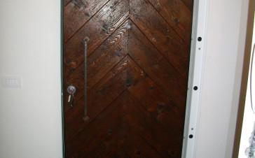Porta blindata realizzata con materiale di un solaio dell'800